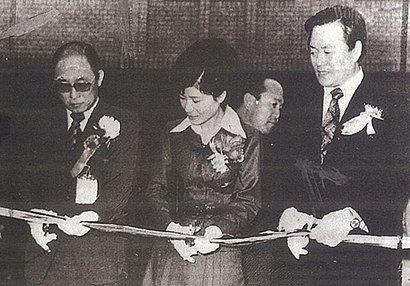 고 최태민 씨(왼쪽)와 영애 시절 박근혜 대통령. 사진=우먼센스 제공